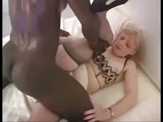 grown-up blond housewife likes the dark penis
