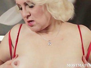 grown-up blondie hand fucks lusty pussy