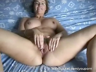 mature babe woman finger-fucking her loose cave