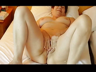 see my cougar lady masturbate