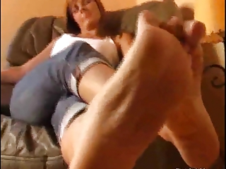 mature babe uncovering soles