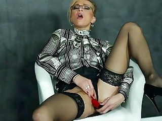 dildoing mature babe into blouse and highheels