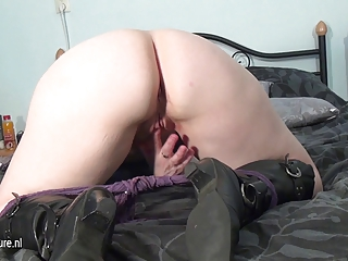 inexperienced mature mother dildoing
